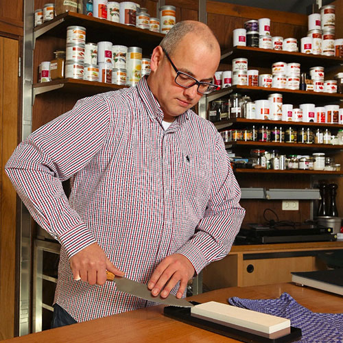 Andreas Schmitt Cook Culture beim Messer schärfen